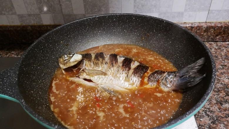 酱焖鲫鱼,放入鲫鱼大火煮开。