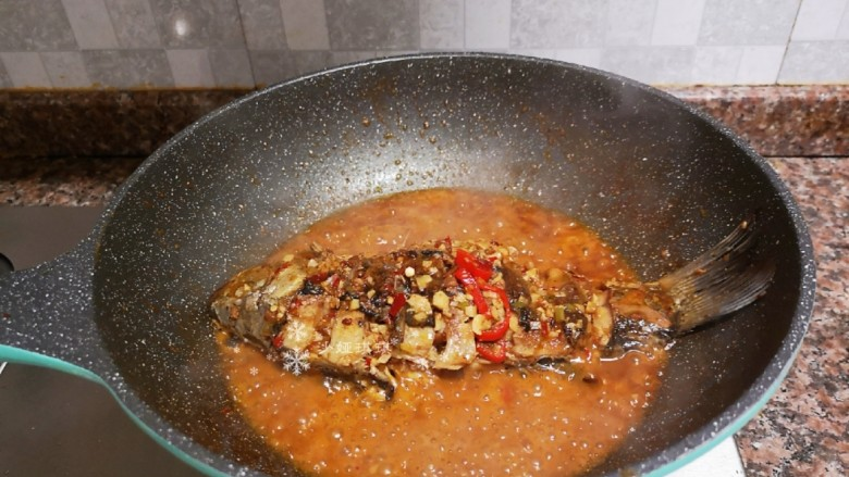酱焖鲫鱼,盖上锅盖焖至汤汁快收干即可。