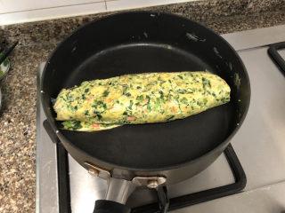 菠菜蛋卷➕绿柳才黄半未匀,蛋液全部摊完卷好
