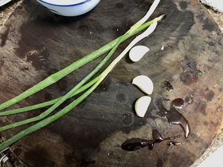 菠菜蛋卷➕绿柳才黄半未匀,阿晨今天准备做个调料汁蘸着吃,准备点小葱蒜瓣