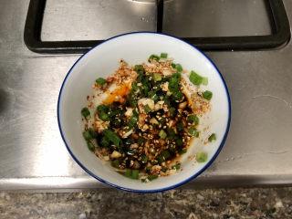 菠菜蛋卷➕绿柳才黄半未匀,搅拌一下,加入两汤匙生抽