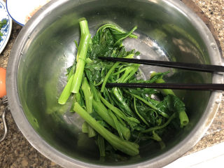 菠菜蛋卷➕绿柳才黄半未匀,捞出过凉水