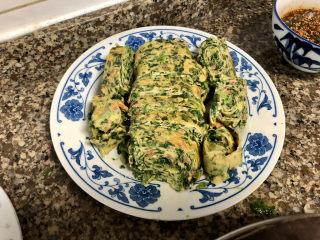 菠菜蛋卷➕绿柳才黄半未匀,冷却到不烫手,切块,上桌吃吧