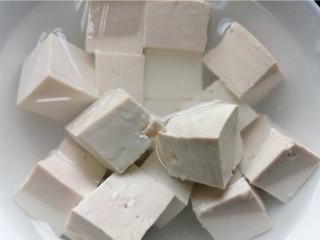 奶白鲫鱼豆腐汤,将豆腐切成小块