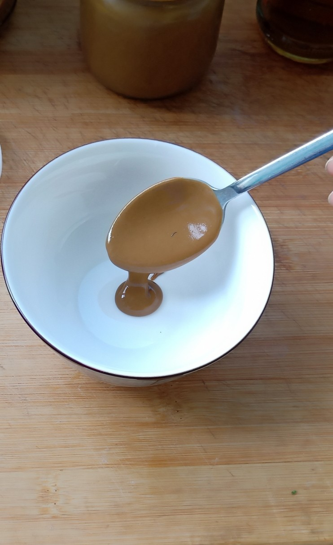 麻酱油麦菜,取一小碗,放少量盐,调入芝麻酱