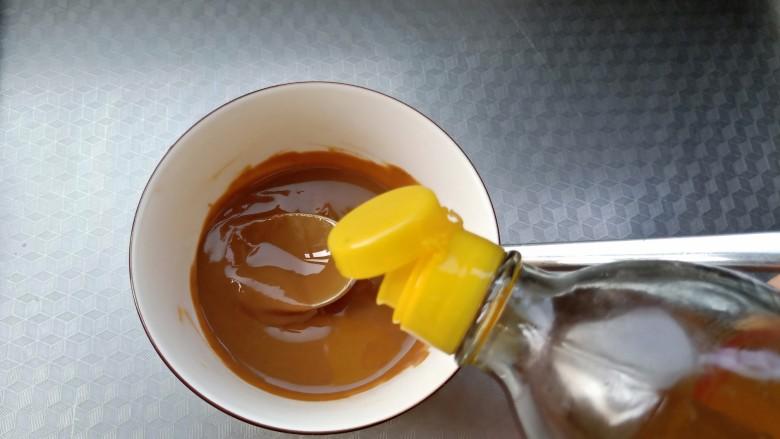 麻酱油麦菜,分次少量加入香油,顺着一个方向搅匀