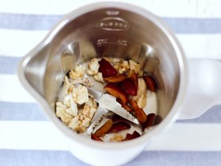 核桃红枣露,九阳多功能破壁豆浆机里,先放入核桃和红枣。