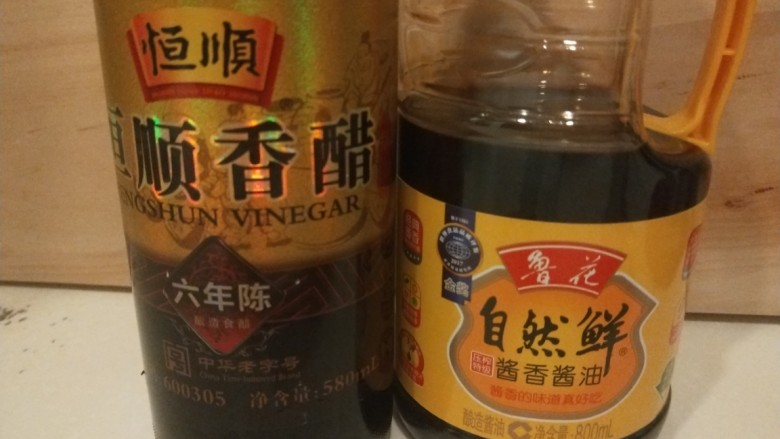 凉拌菠菜粉丝,加入<a style='color:red;display:inline-block;' href='/shicai/ 768'>香醋</a>,酱油。