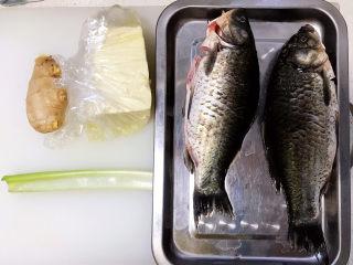 奶白鲫鱼豆腐汤,所有用到的食材都在这里了,鲫鱼洗净处理好,最好用小葱,可是这个季节,菜市场和超市都没有小葱,没办法只好用大葱了;