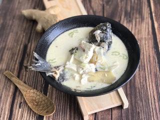 奶白鲫鱼豆腐汤,10分钟后,出锅前撒一把葱花点缀,就可以端上桌享用啦!如果家里有淡奶油,可以加1-2勺,会让口感更滑爽,汤色更奶白。