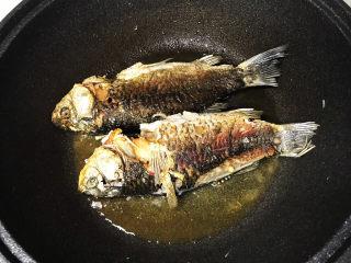 奶白鲫鱼豆腐汤,煎鱼一定要有耐心,把鱼煎透,这样鱼汤才不会有腥味;