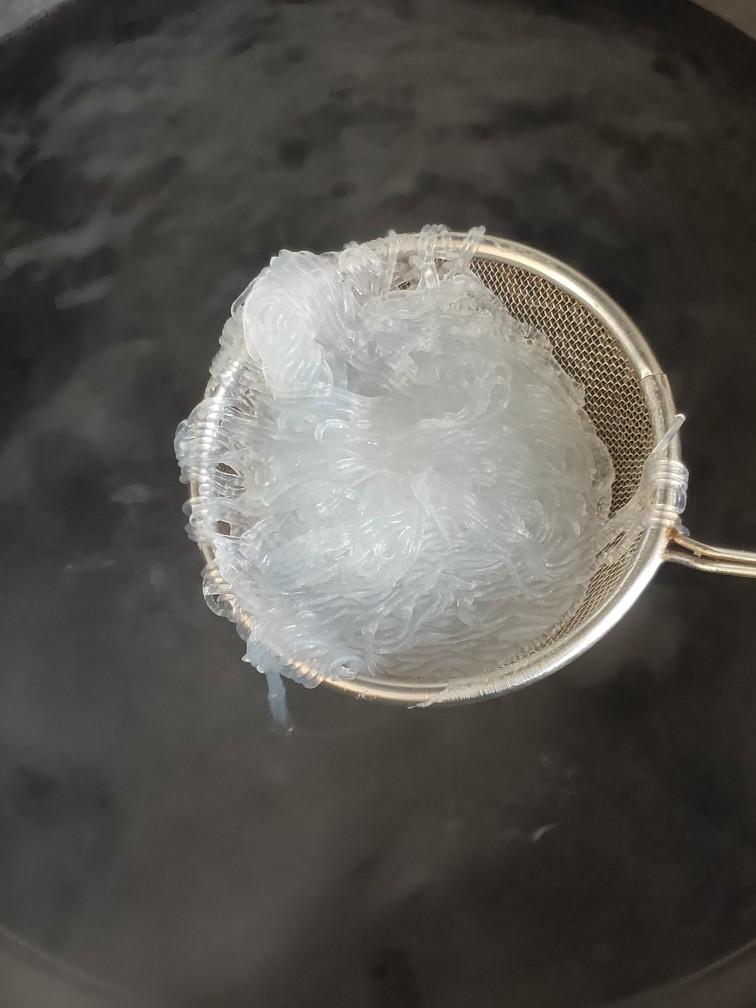 凉拌菠菜粉丝,放入开水煮熟后捞出