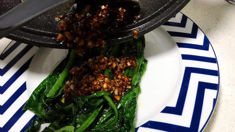 蚝油油麦菜,将蒜蓉酱汁均匀倒在刚刚炒好的油麦菜上;