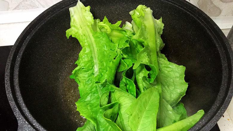蚝油油麦菜,起锅烧油,放入油麦菜;