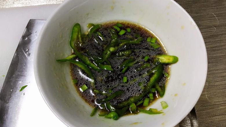 凉拌菠菜粉丝,拌匀入味;