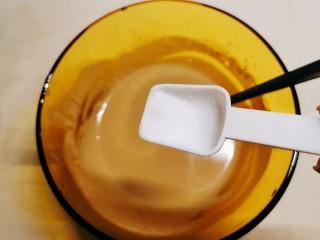 麻酱油麦菜,按自己口味加盐 调整味道 麻酱汁调好备用