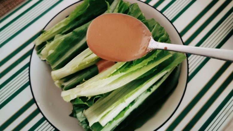 麻酱油麦菜,淋上麻酱汁