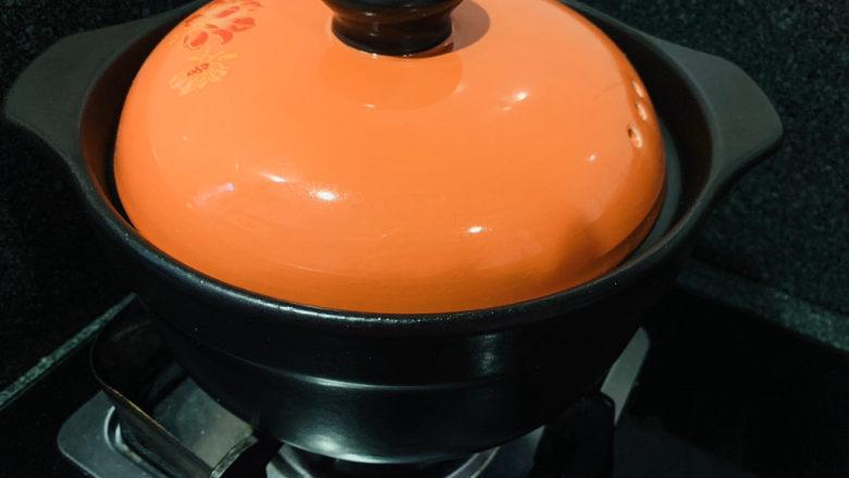 盐焗手撕鸡,中火烧5分钟加热,然后调小火,盖上锅盖,慢焖1个小时,一定要及时调整为小火,避免一下子烧糊;