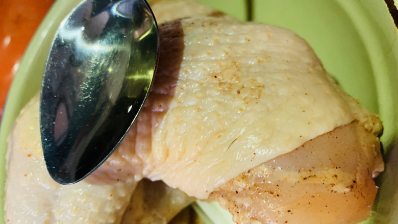 盐焗手撕鸡,表面涂上少许食用油;