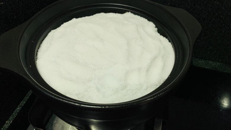 盐焗手撕鸡,最后把剩余的盐全部倒入,全部覆盖住;