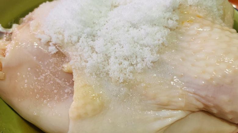 """盐焗手撕鸡,再用盐,将鸡再""""按摩""""一边;"""