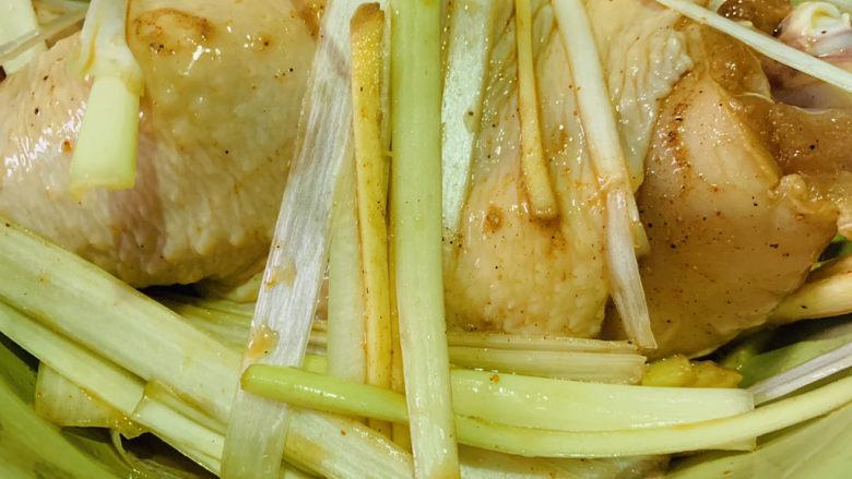 盐焗手撕鸡,搅拌均匀,腌制十五分钟,去除腌制的食材,并沥干;
