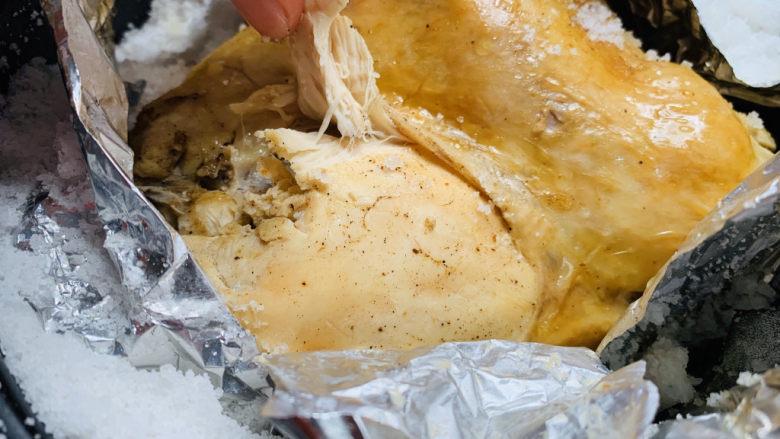 盐焗手撕鸡,出锅,小心把表面的盐先去除,撕开锡纸,动作小心,避免盐掉入鸡肉里;