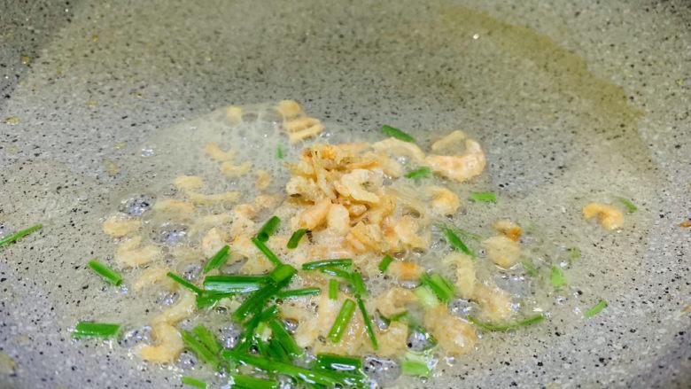 凉拌菠菜粉丝,锅里用少许油,加入泡开的海米和洗净的葱沫,炒香;