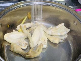 椰子炖鸡,焯水后捞出,再用清水清洗干净,这样可以去除腥味;