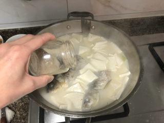 奶白鲫鱼豆腐汤➕朝看白水暮青山,加少许胡椒粉去腥