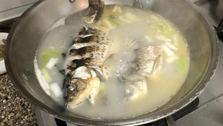 奶白鲫鱼豆腐汤➕朝看白水暮青山,中大火炖10分钟,鱼汤变白