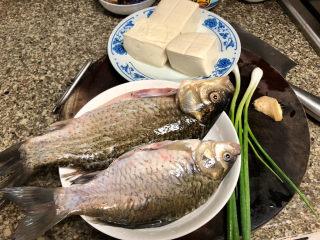 奶白鲫鱼豆腐汤➕朝看白水暮青山,食材合照:活鲫鱼两条,嫩豆腐约300g,小葱两根,姜一块