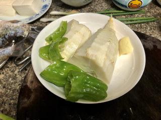春笋炒腊肉➕好竹连山觉笋香,春笋去壳,青椒去蒂去籽,清洗