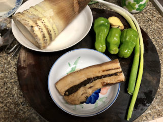 春笋炒腊肉➕好竹连山觉笋香,食材合照:春笋一颗,腊肉约200g,小青椒(不放也可以,阿晨家还剩三个,不吃怕坏了😛)三个,小葱两根,姜一小块