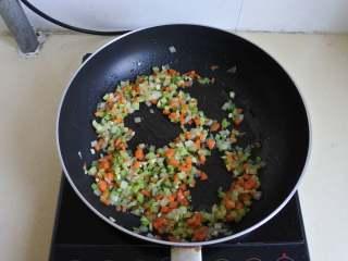 黑椒牛肉披萨,橄榄油炒香洋葱和蒜末, 放入芹菜和胡萝卜粒炒香
