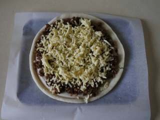 黑椒牛肉披萨,撒上奶酪碎