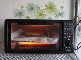 黑椒牛肉披萨,烤箱预热,180度上下火,烤制12分钟