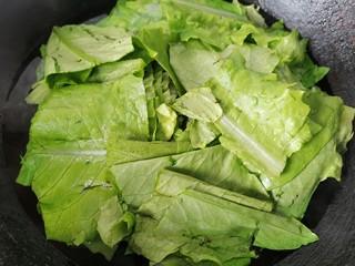 蚝油油麦菜,锅内水烧开将油麦菜放入锅内焯水