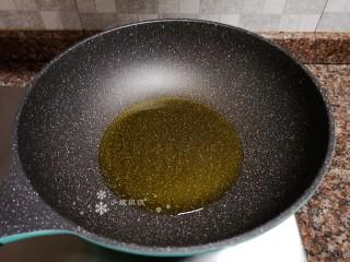 泡椒春笋,热锅倒油烧至八成热。
