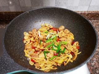 泡椒春笋,最后放入葱段翻炒均匀即可出锅。