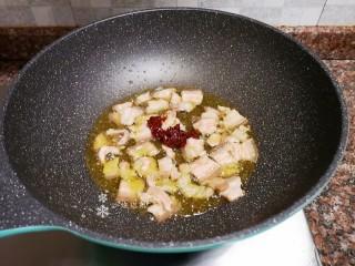 泡椒春笋,放入一勺豆瓣酱翻炒出香味。