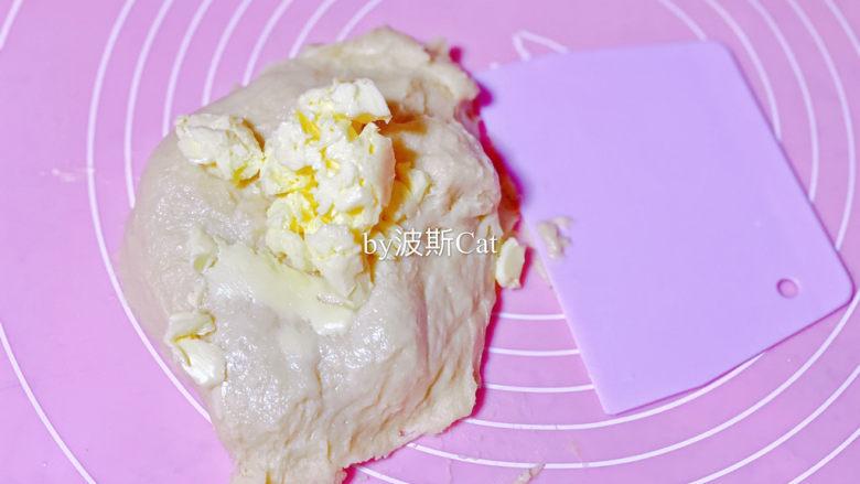 法国牛奶面包,揉到比较均匀顺滑的矿展阶段加入黄油继续揉到光滑,可以不用揉到手套膜