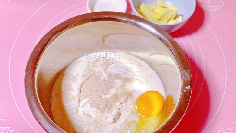 法国牛奶面包,除黄油和装饰外,其余所有材料放到不锈钢盘中。(这次用的是旺仔牛奶,旺仔牛奶有甜味,如果用纯牛奶可以加多点20克细砂糖,或者不适合太甜的朋友也可以直接用纯牛奶不增加糖量)
