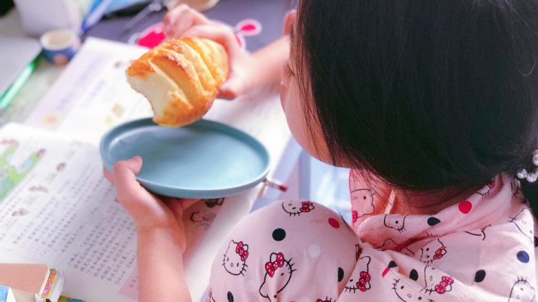 法国牛奶面包,作为网课课间餐,女儿吃得停不到口