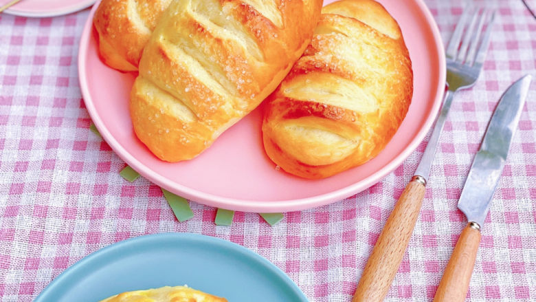 法国牛奶面包,美好的一天,从香浓牛奶拉丝甜面包开始❤️。撸了一盘牛奶面包,配方和步骤都改良了,用了半盒牛奶,组织软面湿润不腻,全是牛奶味的牛奶面包,算得上颜值,营养,口味皆完美的面包❤️,一次性烤了8只,刚出烤箱就剩下5个,赶紧拍照。女儿说不够吃,还想吃