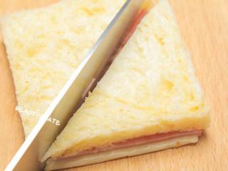 5分钟就能搞定的超萌小老鼠吐司,每天早晨都想来一份!,1片吐司去边,盖上奶酪片和火腿片,切成三角形
