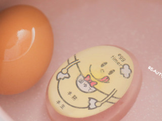 5分钟就能搞定的超萌小老鼠吐司,每天早晨都想来一份!,冷水下锅放入鸡蛋煮熟,然后过冷水去壳对半切开