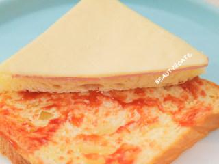 5分钟就能搞定的超萌小老鼠吐司,每天早晨都想来一份!,将整片牛奶吐司放进盘中,抹上适量番茄酱,再放上切好的三角吐司
