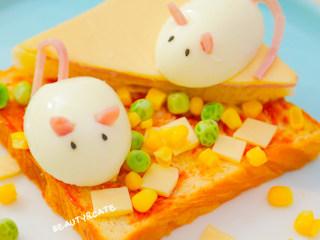 5分钟就能搞定的超萌小老鼠吐司,每天早晨都想来一份!,撒上甜豆、玉米粒和奶酪小片,再把老鼠鸡蛋放上去