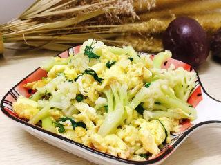 鸡蛋炒花菜,出锅装盘